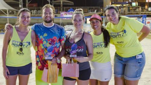 Fabio Paterno e Thais Menegucci, campeões da categoria Mista A; Daniela Novelli, Fabiane Vega e Ana Patrícia Macchetti, organizadoras da 1ª etapa do Inter Points Beach Tour no Kauai