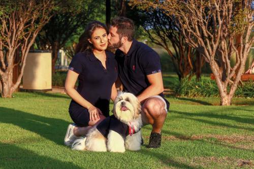 Micaela e Leonardo Paschoalini e o cachorro Phillip vestem Golfe Class (16) 3623.2722Agradecimento: RibeirãoShopping