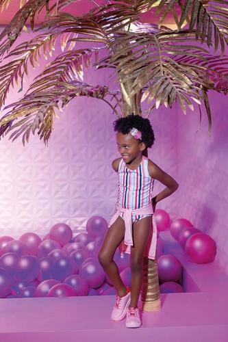 Sophia (agência: O Armário de Sophie) veste maiô R$79,99 e blusa de proteção R$79,99 Hering Kids | tênis Pampili R$158,90 e tiara R$40,90 Bunny Ears