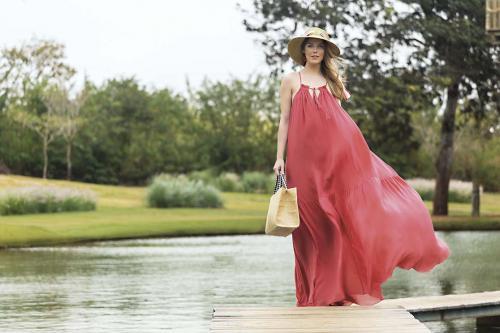 Vestido Andrea Marques, bolsa Andrea Muller e chapéu Missoni para Ammirati