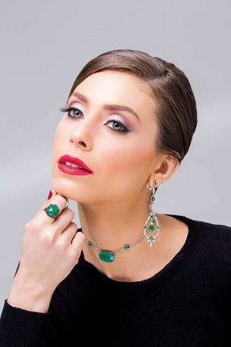 Brinco, choker e anel em ouro branco, diamantes e esmeraldas Lauzi
