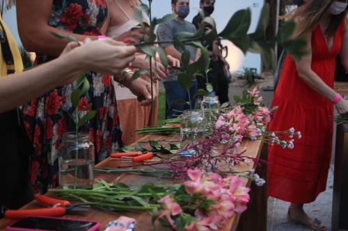 Convidadas aprendem a organizar arranjos florais