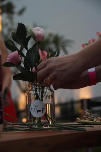 Convidadas montam arranjos florais