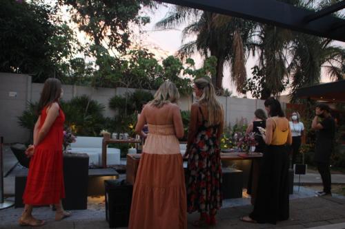 Convidadas aprendem a montar arranjos florais