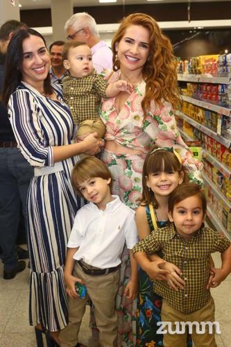 Kelly e Letícia Savegnago com os filhos Valentim, Bernardo, Allegra e Lorenzo